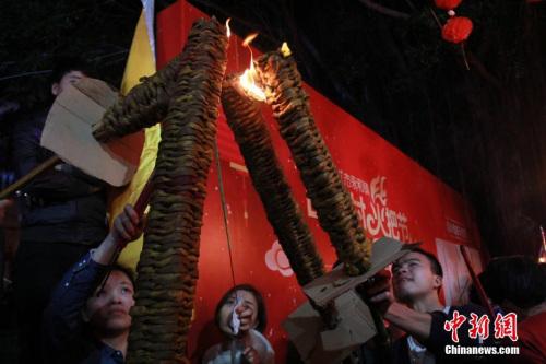 当夜幕降临,村民们一个接一个传递点燃手中的火把,加入3公里长的环村巡游队伍,祈求新年平安健康、幸福吉祥、兴旺发达。戴雅蓉 摄
