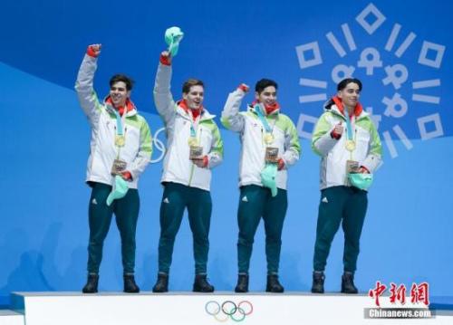 2月23日,冬奥会短道速滑男子5000米接力奖牌颁奖仪式在韩国平昌举行。匈牙利在华裔兄弟刘少林、刘少昂的带领下在项目上夺得金牌,中国摘银,加拿大获得铜牌。图为匈牙利运动员跳上领奖台。<a target='_blank' href='http://www.chinanews.com/'>中新社</a>记者 崔楠 摄