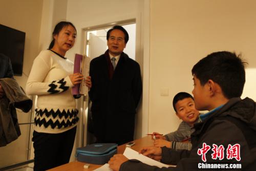 """当地时间2月24日,正在比利时访问的中国国务院侨务办公室副主任谭天星走访布鲁塞尔中文学校。他称赞办好海外中文学校惠及子孙后代,勉励师生""""把根留住""""。德永健 摄"""