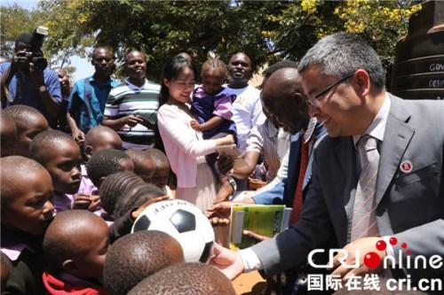 肯尼亚亦善农业种植有限公司董事长李昌洪向学生分发学习用品。