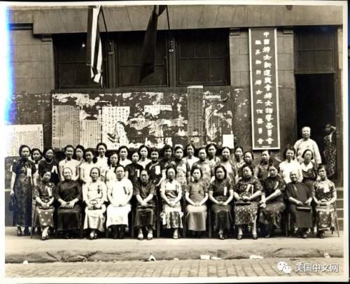 美国华人博物馆馆藏:妇女新生活运动会议合影(Carole Wong捐赠)。这张照片中记载的事情,就发生在中华公所所在地的楼前,合影背景是当年华埠居民获取国内外消息的张贴墙。