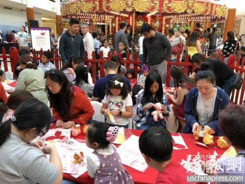 资料图:南岸广场举行手工制作小狗吉祥物灯笼活动,吸引了很多华裔家庭参与。(美国《侨报》记者夏嘉摄)