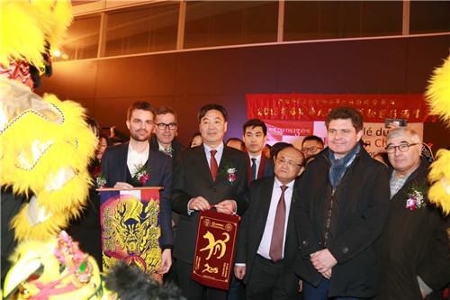 左至右:巴黎市长伊达尔戈代表第一副市长朱利雅尔、翟隽大使、法国华裔互助会会长郑辉、巴黎大区议会主席佩雷克斯代表巴黎奥运专员罗杰接福纳祥。