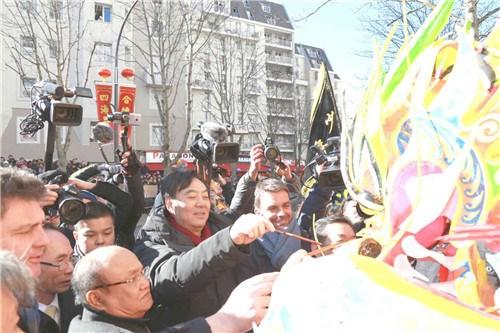 翟隽大使(中)、朱利雅尔副市长(右)、郑辉会长为龙狮点睛。