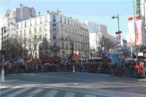 等待游行队伍的法国民众挤满了街口。