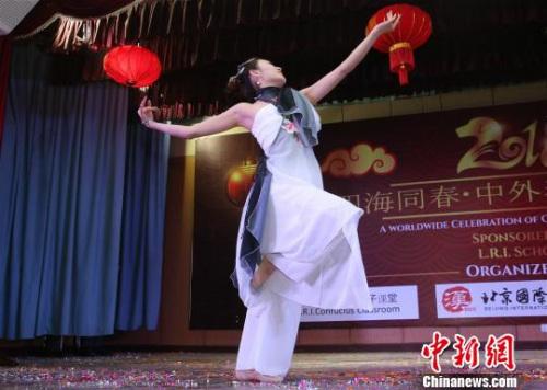 """""""四海同春·中外春节大联欢""""在尼泊尔举行。图为中国古典舞《粉墨》表演。 张晨翼 摄"""