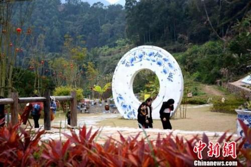 """近年来,南胜镇因地制宜,将克拉克瓷文化和""""海丝""""文化融入南胜镇田坑窑文化景区建设中,吸引诸多游客慕名前来体验。 张金川 摄"""