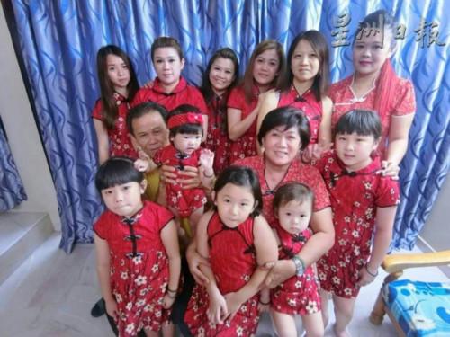 在潘笑云精心缝制下,家里女性唐装一律是红色,但款式的裁制是每个人都不同。(马来西亚《星洲日报》)