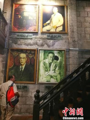 走进颖源酒厂博物馆,悬挂在壁上的前四代掌门人巨幅画像、历代产品广告、媒体报道、截至2016年仍在不断赢取的国际奖项,令人对这个菲华家族的顽强与活力赞叹不已。 关向东 摄