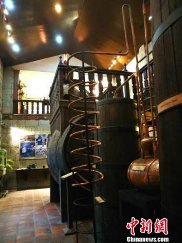 巨大的颖源品牌标志橡木桶及酿酒装置。 关向东 摄