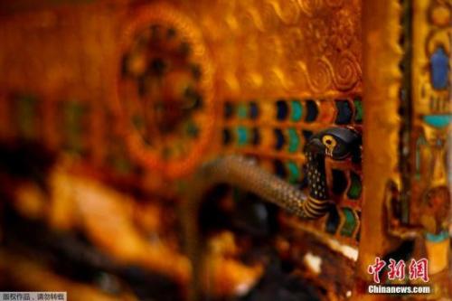 黄金战车上的毒蛇雕塑。