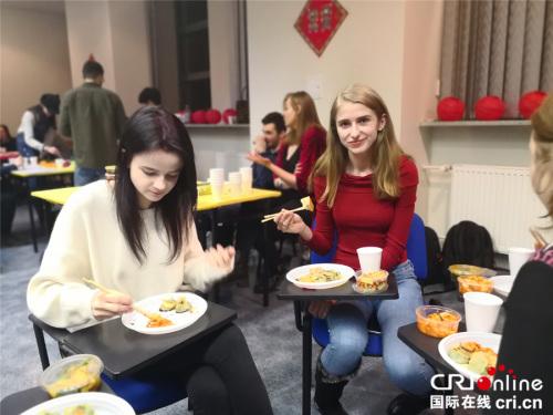 几位女学生筷子用得很溜
