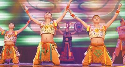 吉林省松原市前郭县民族歌舞传习中心演出的民族舞蹈《安代情》。
