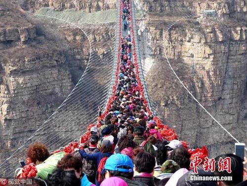 世界最长悬空玻璃吊桥挤满人 画面惊险刺激