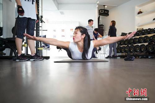 华人女子健身冠军执教纽约 丈夫曾是自己学员