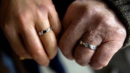他们共同出资买了房子,但婚后8个月就被遣返回香港