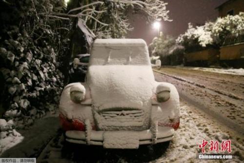 当地时间2月26日,意大利罗马迎来大雪。欧洲多个地区受来自俄罗斯西伯利亚的寒潮吹袭,气温骤降,这股寒潮在未来一星期将带来刺骨寒风和暴雪天气。罗马的学校因为下雪,被迫停课。