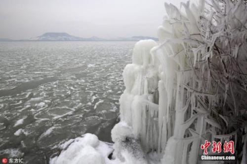 当地时间2月26日,匈牙利Fonyod,匈牙利遭遇极寒天气,当地巴拉顿湖湖畔现冰封景象。图片来源:东方IC 版权作品 请勿转载