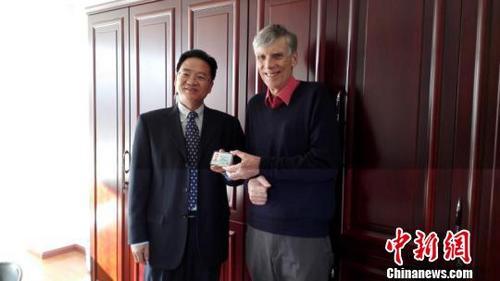 资料图:云南省外国专家局向高力行博士颁发云南省首张《外国人工作许可证》。 钟欣 摄