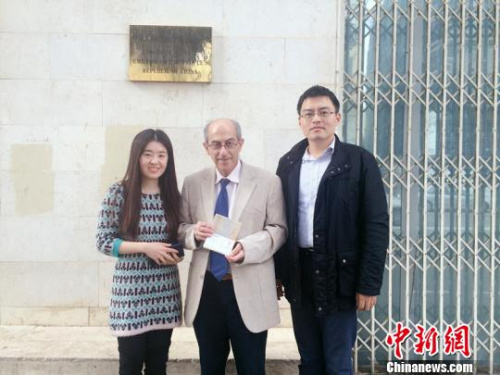 """资料图:以色列医学专家莫瑞斯・托帕兹获得签证后与中国驻以色列大使馆官员合影,他曾参与""""5・12""""汶川地震救援。(钟欣 摄)"""