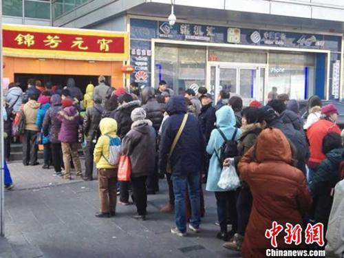 资料图:北京老字号现摇元宵供不应求。