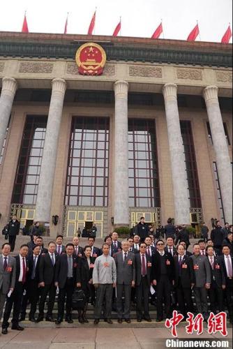 海外列席侨胞在人民大会堂前合影。   <a target='_blank' href='http://www.chinanews.com/'>中新社</a>记者 毛建军 摄