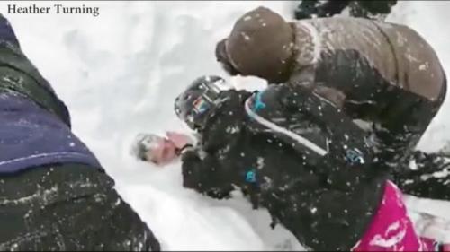 史奎谷滑雪场2日发生雪崩的现场,人们正在挖开积雪救人。(图:取自推特)