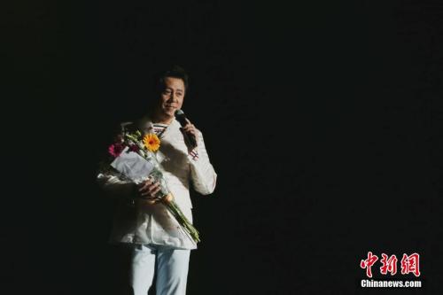 图为中国著名歌唱家蔡国庆演唱《三百六十五个祝福》。 <a target='_blank' href='http://www.chinanews.com/'>中新社</a>记者 曾静宁 摄
