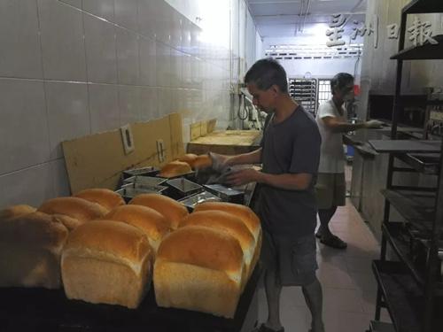 王氏兄弟每天在面包店里忙忙碌碌,为顾客烘焙出新鲜面包。(马来西亚《星洲日报》记者/李慧婷 摄)