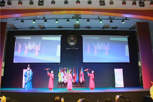 中国代表团的歌舞表演令全场陶醉