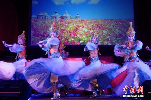 """当地时间2月22日晚,2018""""四海同春""""欧洲团亮相英国剑桥市政厅,为当地侨胞们献上了一台充满中华文化魅力的艺术盛宴。图为舞蹈《祝福》。<a target='_blank' href='http://www.chinanews.com/'>中新社</a>记者 冉文娟 摄"""
