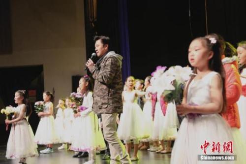 图为演出彩排时,中国著名歌唱家蔡国庆与旧金山华人青少年齐唱《同一首歌》。 <a target='_blank' href='http://www.chinanews.com/'>中新社</a>记者 曾静宁 摄