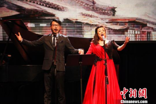 图为女高音歌唱演员钞艺萍与其子贺子潇表演男女声二重唱《想家的时候》。 余瑞冬 摄