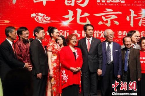 图为中国驻多伦多总领事何炜(左六)、副总领事庄耀东(左三)与加拿大北京协会会长杨宝凤(左五)、各侨团负责人及演职人员等在晚会结束时合影。 余瑞冬 摄