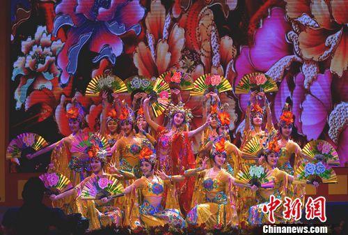 当晚,来自中国歌剧舞剧院、前线文工团、中央军委政治工作部歌舞团、中国杂技团、中国联合大学等中国著名演出团体的演员们,演出了十五个精彩节目。图为中国歌剧舞剧院表演的舞蹈《贵妃醉酒》。中新社 关向东 摄