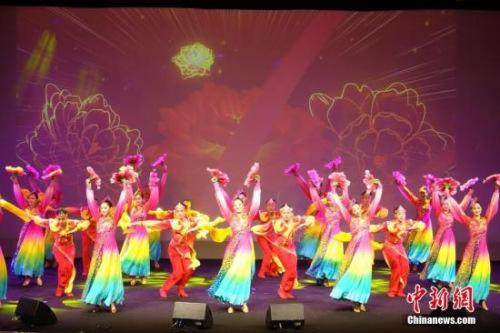 """资料图:""""四海同春""""欧洲团献艺曼彻斯特,带来舞蹈《盛世欢歌》。 中新社记者 冉文娟 摄"""