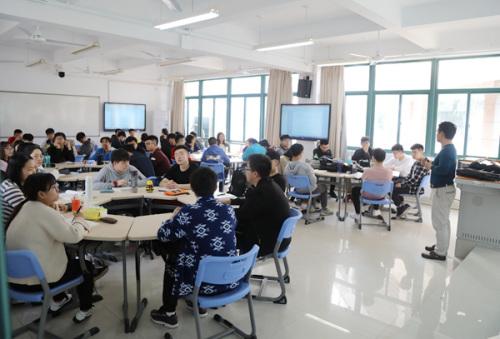 """为改革教学方式,厦门校区启用了""""翻转课堂智慧教室"""",便于学生分组讨论。"""