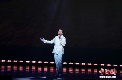图为著名歌唱家蔡国庆在演唱歌曲《三百六十五个祝福》。<a target='_blank' href='http://www.chinanews.com/'>中新社</a>记者 马德林 摄