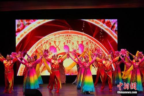 """当地时间2月19日晚,""""四海同春""""艺术团在London Palladium 剧院演出。图为舞蹈《盛世欢歌》。 中新社记者 冉文娟 摄"""