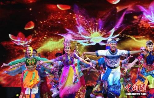 """3月6日,""""中国文化・四海同春""""国侨办大型慰侨演出演奏团在菲律宾宿务怒放收官。演出团大年初二启程,历时20天,先后在泰国、马来西亚、菲律宾""""一带一路""""沿线三国六城演出,每场平均观众3000人。图为中国歌舞剧院演出的舞蹈《一路风情嘉年华》。中新社记者 关向东 摄"""