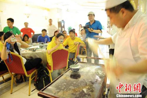 资料图:华裔青少年吃兰州拉面观看拉面表演。杨艳敏 摄