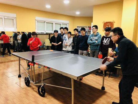 学生们在上乒乓球课。(西班牙《欧华报》)