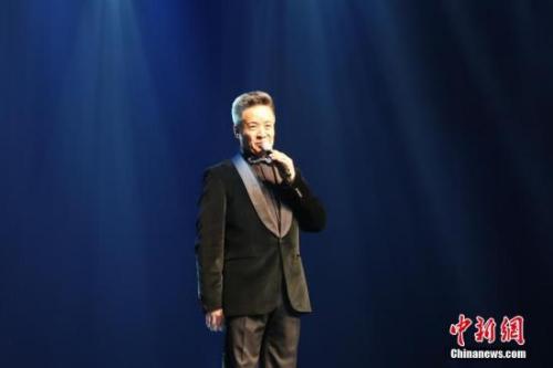资料图:图为中国知名歌手阎维文献唱《小白杨》。中新社记者 曾静宁 摄