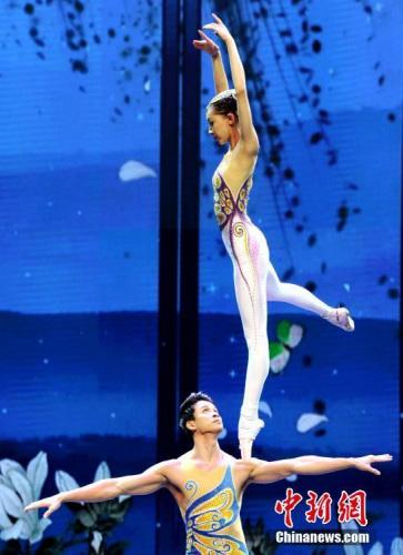 杂技《肩上芭蕾》技惊四座,赢得观众阵阵热烈掌声。 中新社记者 谭达明 摄