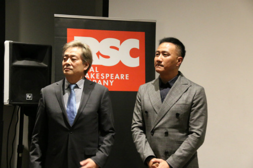 中国版《哈姆雷特》主演濮存昕、胡军参加发布会。