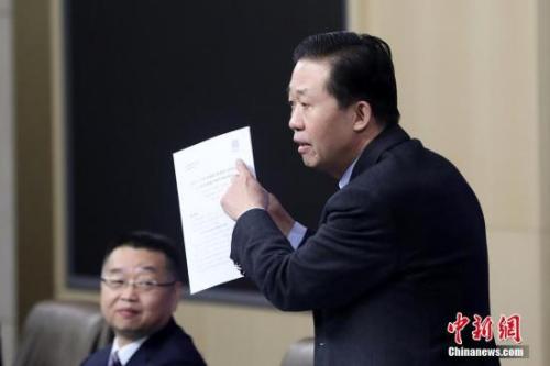 """3月7日,十三届全国人大一次会议新闻中心在北京举行记者会,财政部部长肖捷,副部长史耀斌、胡静林就""""财税改革和财政工作""""相关问题回答中外记者提问。图为肖捷回答记者提问。<a target='_blank' href='http://www.chinanews.com/'>中新社</a>记者 韩海丹 摄"""