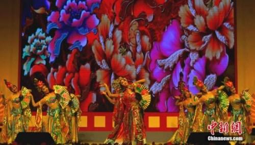 """""""文化中国・四海同春""""国侨办大型慰侨演出轰动马尼拉。图为中国歌剧舞剧院表演的舞蹈《贵妃醉酒》。中新社记者 关向东 摄"""