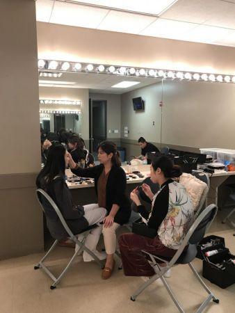 休斯敦著名化妆师 子林正在为虞姬的扮演者 王奕童化妆造型