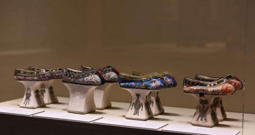 """旗鞋,是""""慈禧太后——颐和园文物精选展""""中,让观展者惊奇不已的跨越时代的""""时尚""""展品之一。(美国《侨报》/源宝尔博物馆提供)"""