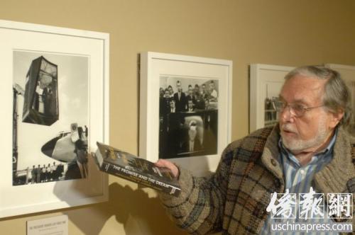 """3月10日将开展的""""肯尼迪总统诞辰100周年经典摄影集萃系列巡展""""现场,策划人在讲解照片中的故事。(美国《侨报》/侨报记者章宁摄)"""